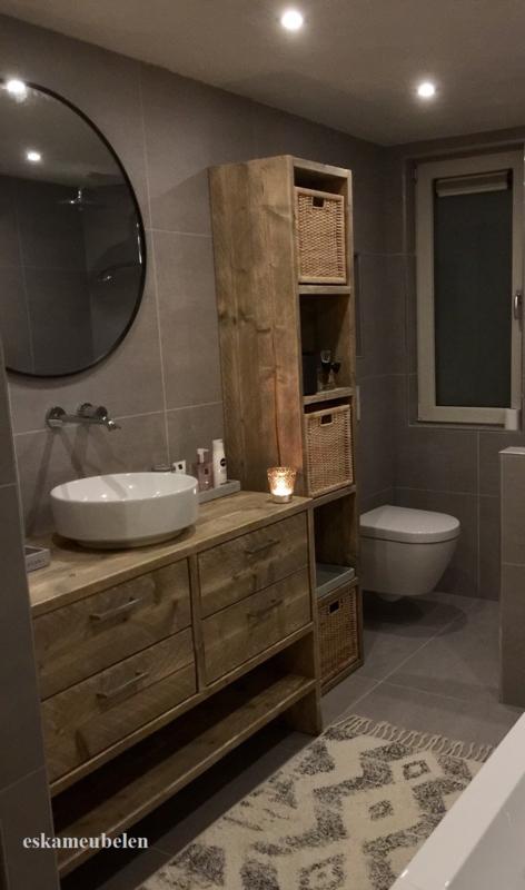 Badkamermeubel met vier lades en een leg gedeelte.