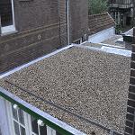 Nieuwe dakbedekking met grind en isolatie.