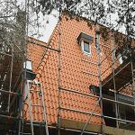 Het leggen van nieuwe dakpannen