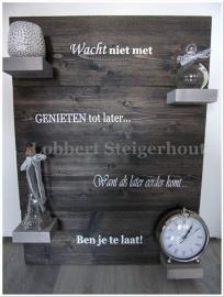 Steigerhouten wandbord 80(h)x60(b) cm, 2 kleuren beits en tekst wacht niet met genieten tot later...