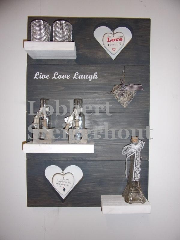 Steigerhouten wandbord 2 kleuren met harten en tekst 80(l) x 50(b) cm