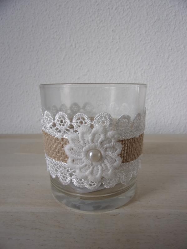 Gezellig sfeerlicht met kant beige/wit, bloem en pareltje