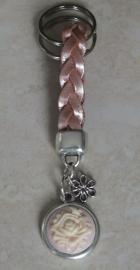 Sleutelhanger  plat gevlochten leer roze