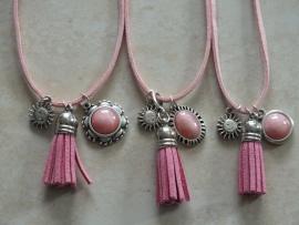 Ketting met een pearl shine oud roze cabochon