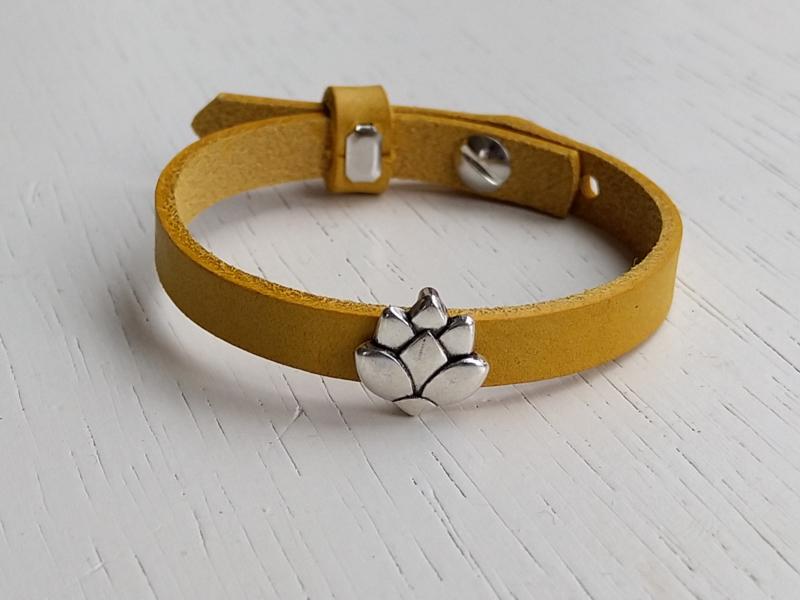 Leren armband geel met lotus schuiver