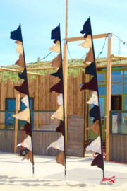 Zwart/bruine vlaggen voor Beachclub Fuel Bloemendaal