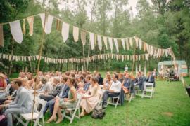 Witte slingers voor buiten bruiloft
