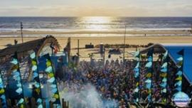 Grote vlaggen voor Luminosity Beach Event