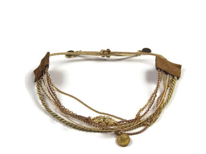 Armbandjes zeven in een goud