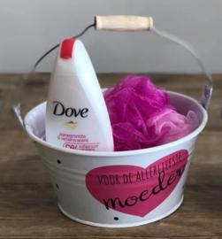 moederdagcadeau emmertje met Dove douchegel en spons