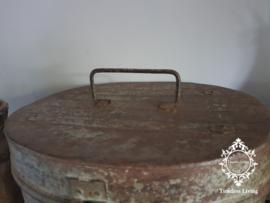 Oud metalen kist - Roest en groen verweerd