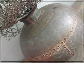 Stoere gehamerde metalen waterkruik