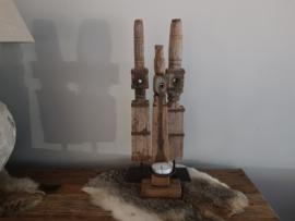 Oud houten spoel op statief met kaarshouder