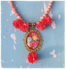 Ketting - Adinda's World  - gehaakte bloemen in zalm roze