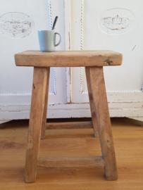 Oude houten kruk of bankje