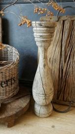 Oude houten baluster kandelaar