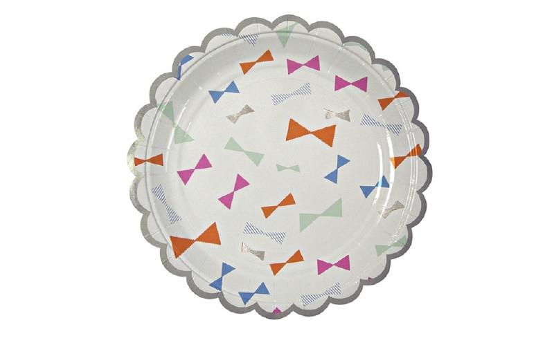 Papieren bordjes met gekleurde strikjes