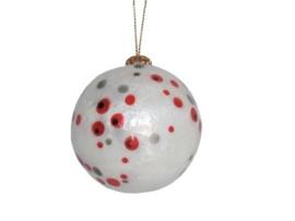 Kerstbal met rode en grijze stippen