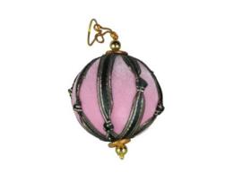 Kerstbal van roze fluweel met groen lint
