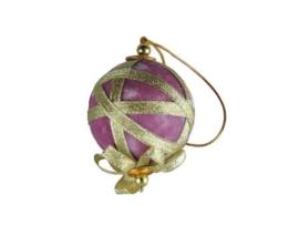 Kerstbal van roze fluweel met goudkleurig lint