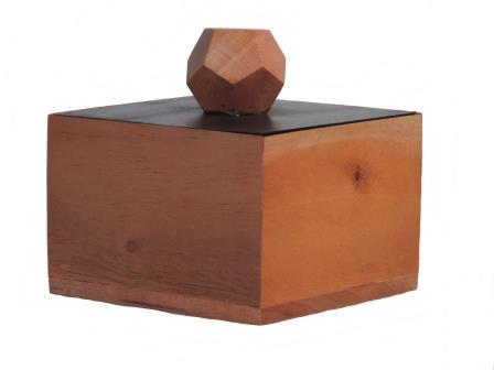 vierkant doosje van mahonie beige met zwart deksel