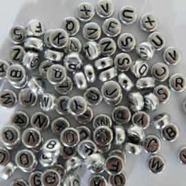 Ronde letterkraal zilver met zwarte letter 7mm