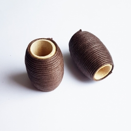 Houten kraal omringd met waxkoord bruin -ca. 20x30mm