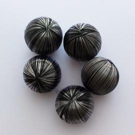 Satijnen bal zwart/zilver gestreept - ca. 25mm
