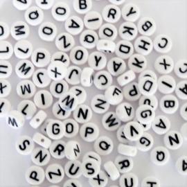 Ronde letterkraal wit met zwarte letter