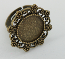 Ring met ornamenten
