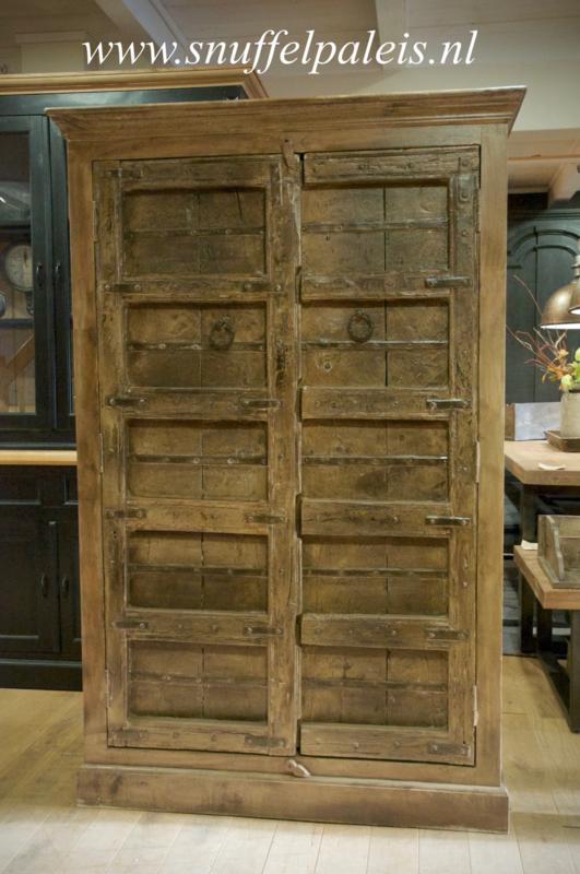 Stoere kast met oude deuren