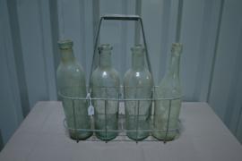 Flessenrek met 4 grote witte flessen