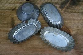 4 oude decoratieve bakvormpjes