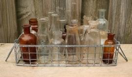 Metalen mandje met 21 verschillende flesjes
