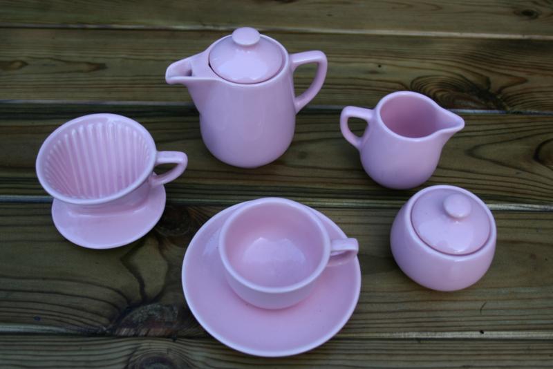 Meiltta kinderserviesje rose. Koffiepotje met deksel, filterhouder, melkkannetje, suikerpotje, kop en schotel