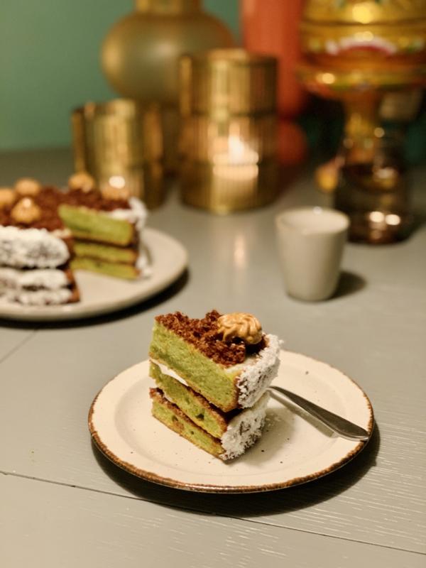 Pandan cake  met kokos, gula melaka en dalgona coffee cream  - vegan