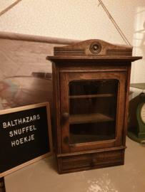 Antiek hangkastje kastje met kuif