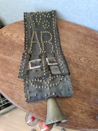 Oude handgemaakte zwart leren band koeienbel bel