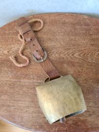 Antiek koperen koeienbel bruin leren band