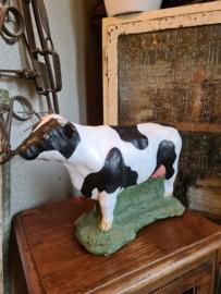 Betonnen beeld zwart witte koe