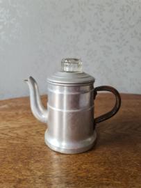 Klein oud aluminium pruttelpotje glazen knop