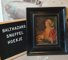 Oude prent lezende dame in oude houten lijst