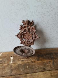 Oude gietijzeren wand kaarsenhouder engel
