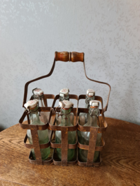 Oud flessenrek met oude glazen beugelflesjes