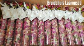 Glazen buisjes gevuld met henna of rozenknopjes