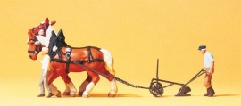 Preiser 30431 : Boer met ploeg en paarden