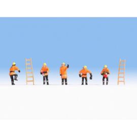 Noch 15022 # Brandweermannen (oranje kleding)