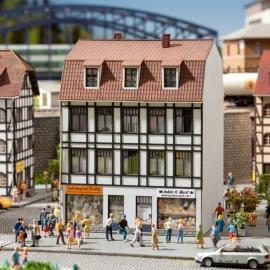 Noch 66502 : Oud stadshuis met speelgoedwinkel en cafetaria