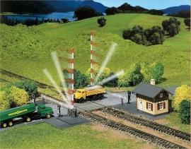 Faller 222169 : Overweg met werkende spoorbomen.
