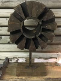 Ornament hout met ijzeren details